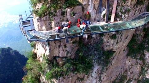 中 명물 '유리다리'에 균열…관광객 대피