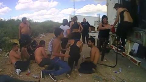 트럭 문 열자 탈진한 남녀 39명 '우르르'