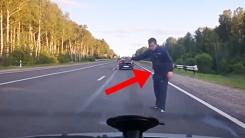 도로 한복판에 뛰어든 만취남의 히치하이킹