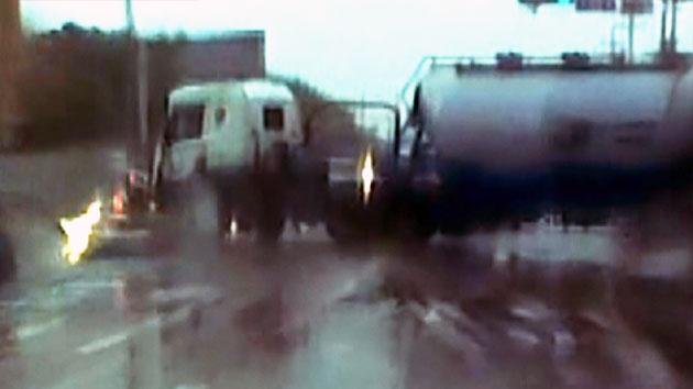 [영상] 빗길에 미끄러진 탱크로리…승용차 덮쳐