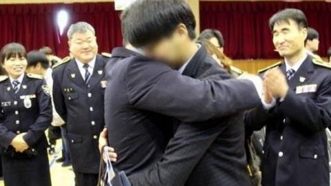 순직한 동료 아들 졸업식에 참석한 경찰관들