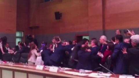 멱살잡이에 주먹다툼까지…난장판 된 터키 의회