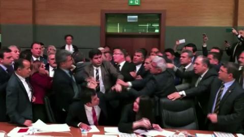 터키 의회서 집권당 vs. 쿠르드계 의원 집단 난투극