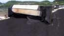 고속도로서 석탄 실은 화물차 넘어져...통행 차단