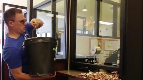 """""""범칙금이다"""" 법원 창구에 동전 2만 개 '와르르'"""