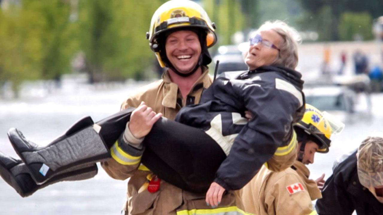 [국제]홍수 현장서 소방관을 웃게한 할머니의 수줍은 고백홍수 현장서 소방관을 웃게한 할머니의 수줍은 고백