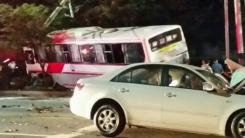 경북 경산 버스·승용차 충돌...15명 부상