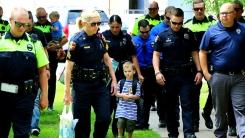 경찰 20명이 초등학교 입학식에 간 이유