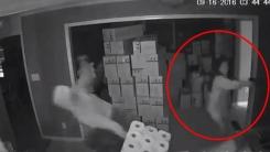 집에 침입한 무장 강도들 총격 끝에 제압한 여성