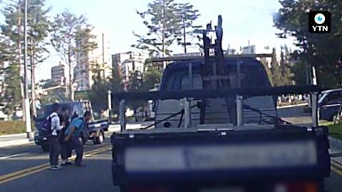[블박TV] 거동 불편한 할머니 업고 달린 '트럭 운전자'