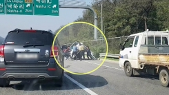 """[영상] """"안에 사람있어요!""""...뒤집힌 차 들어올린 '시민들'"""