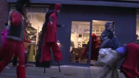 덴마크 거리에 나타난 '인간 요괴'