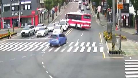 좌회전 하던 통근버스 상가 돌진…17명 부상
