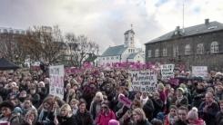 오후 2시 38분, 여성들이 거리로 뛰쳐나온 이유