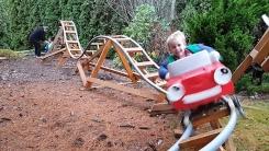 손주들 위해 정원에 롤러코스터 만들어 준 할아버지