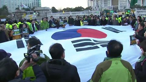 """촛불집회 시민들 """"탄핵 해냈다""""…광화문 이동"""
