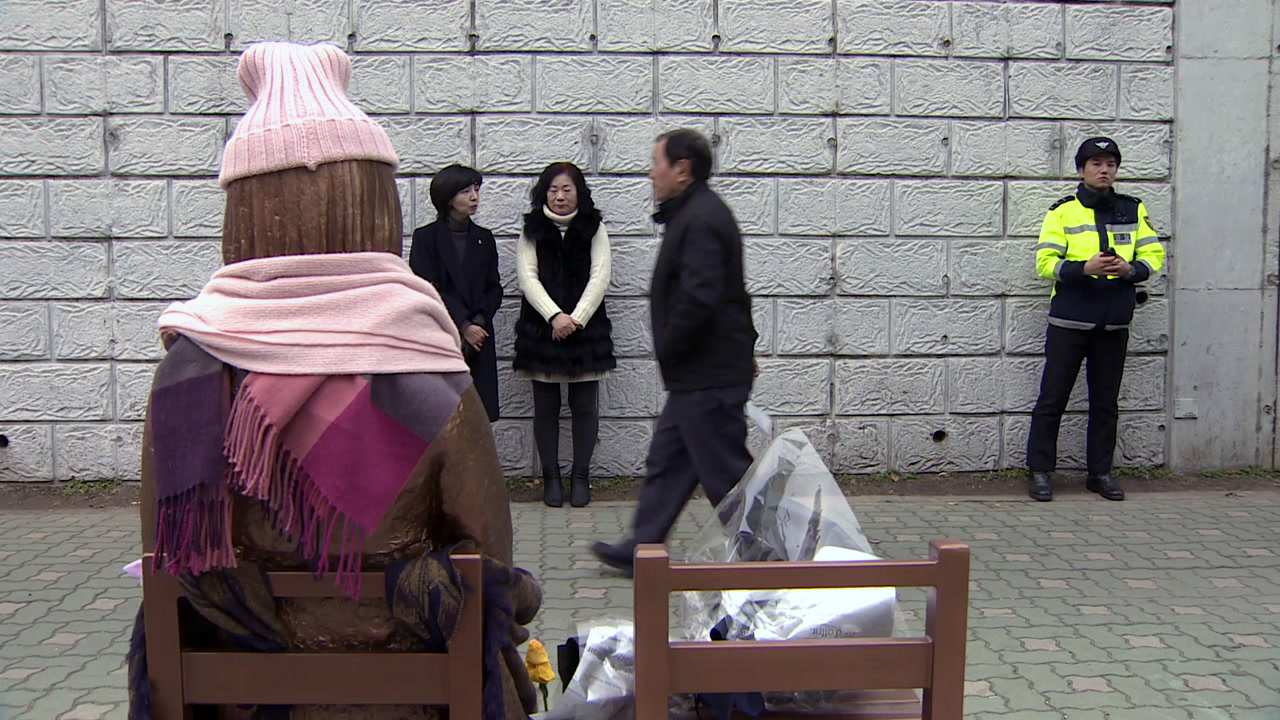 '소녀상'은 아베의 한미 이간질?...정부 신중대응