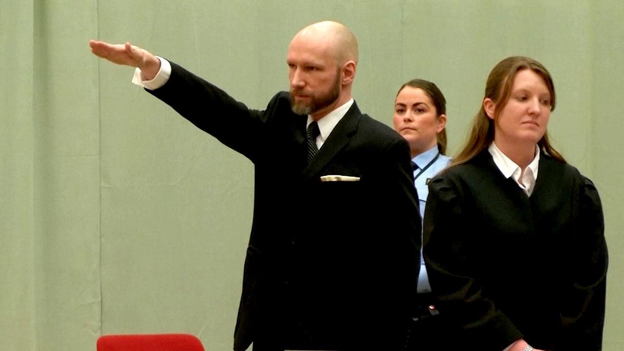 노르웨이 77명 살해범, 법정서 나치 경례