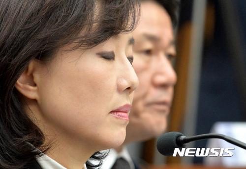 조윤선, 청문회서 변호사 남편 문자 코치 받아 논란