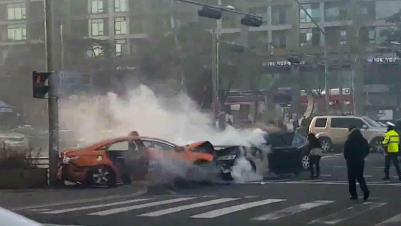 [영상] 굉음과 함께 택시 밀며 '돌진'...아찔했던 순간