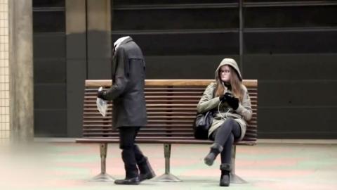 [영상] 지하철역에 나타난 '머리 없는 남성'…정체는?