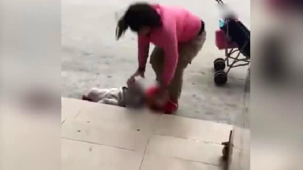 유아 던지고 발로 찬 엄마에게 '구두 경고'만 한 경찰