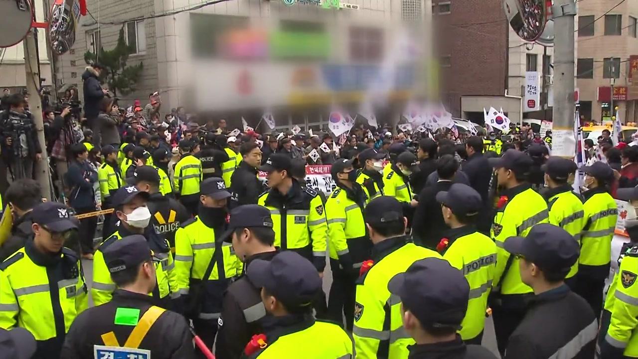 박 前 대통령 자택 앞 긴장 고조...지지자 모여
