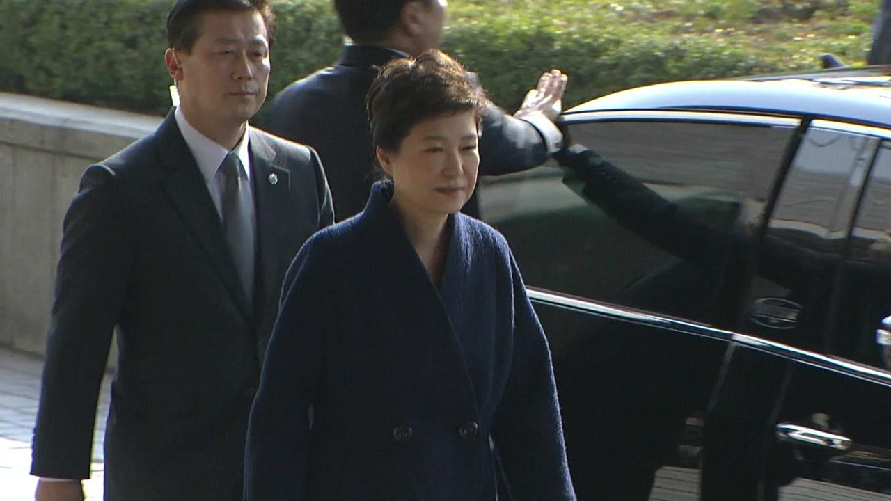박 전 대통령 수사 주시...구속 수사 여부 놓고 설전
