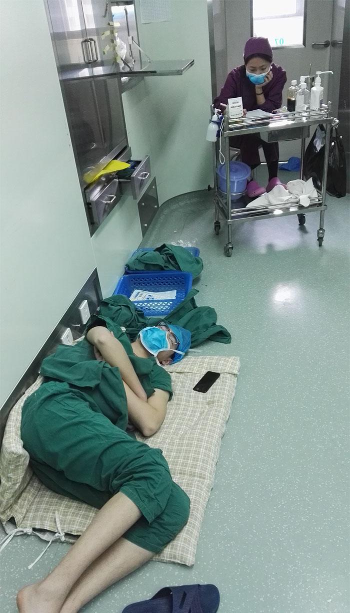 `28시간 동안 다섯 번` 수술 진행한 외..
