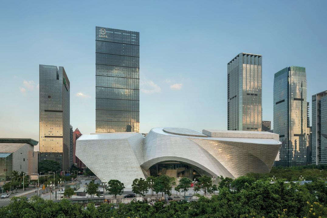 〔안정원의 디자인 칼럼〕 쿱 힘멜브라우의 은빛 구름을 품고 있는 선전 현대미술전시관 1.