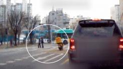[영상] 어르신에게 달려간 도로 위 '참 멋진 배달원'