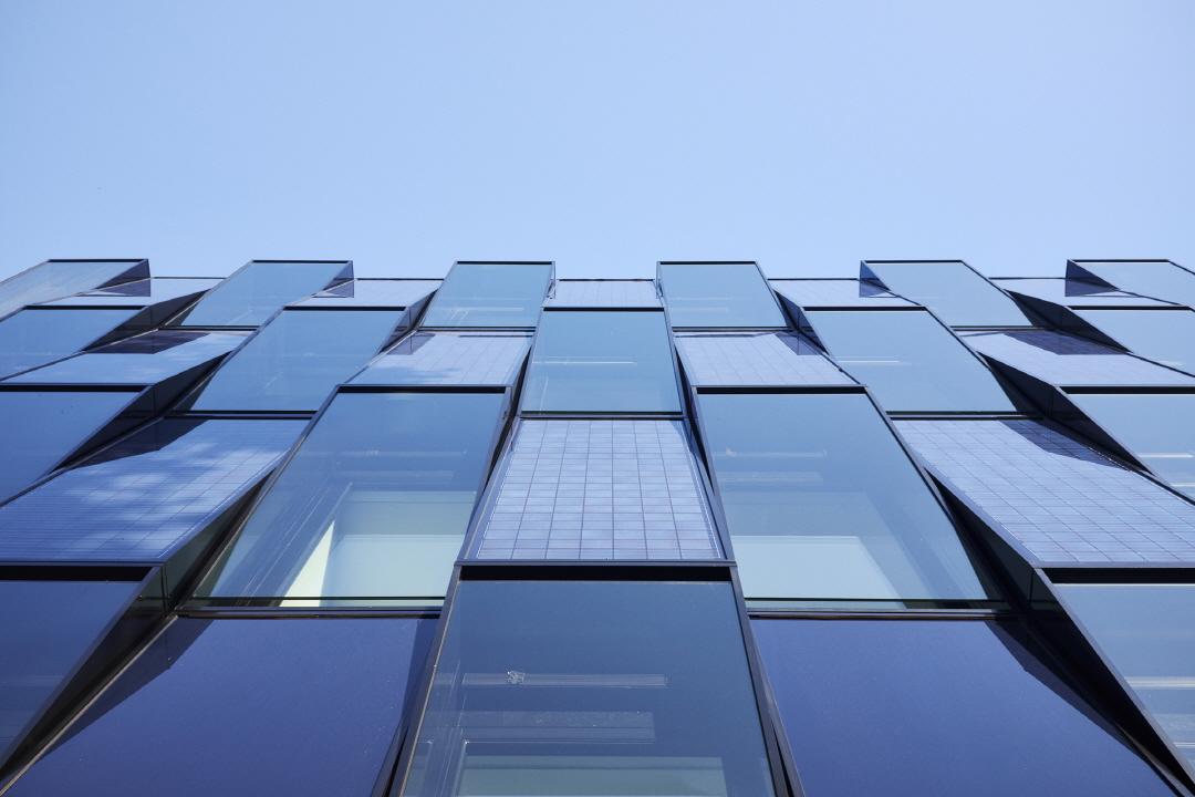 〔안정원의 디자인 칼럼〕 경사진 유리와 태양전지를 부착한 최첨단 에너지 효율센터의 신선함