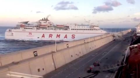 스페인 대형 여객선, 방파제로 돌진…13명 부상