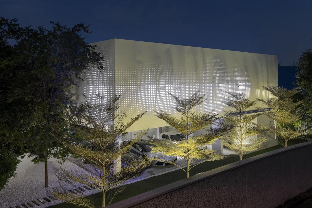〔안정원의 디자인 칼럼〕 커튼을 닮은 굴곡진 알루미늄 패브릭 패널로 주택 외관을 구성하다