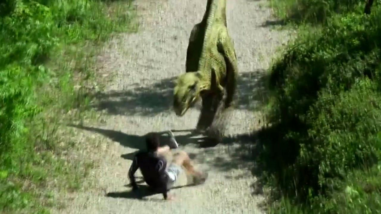 [영상] '공룡이 왜 여기에...' 조깅하던 남성 '화들짝'