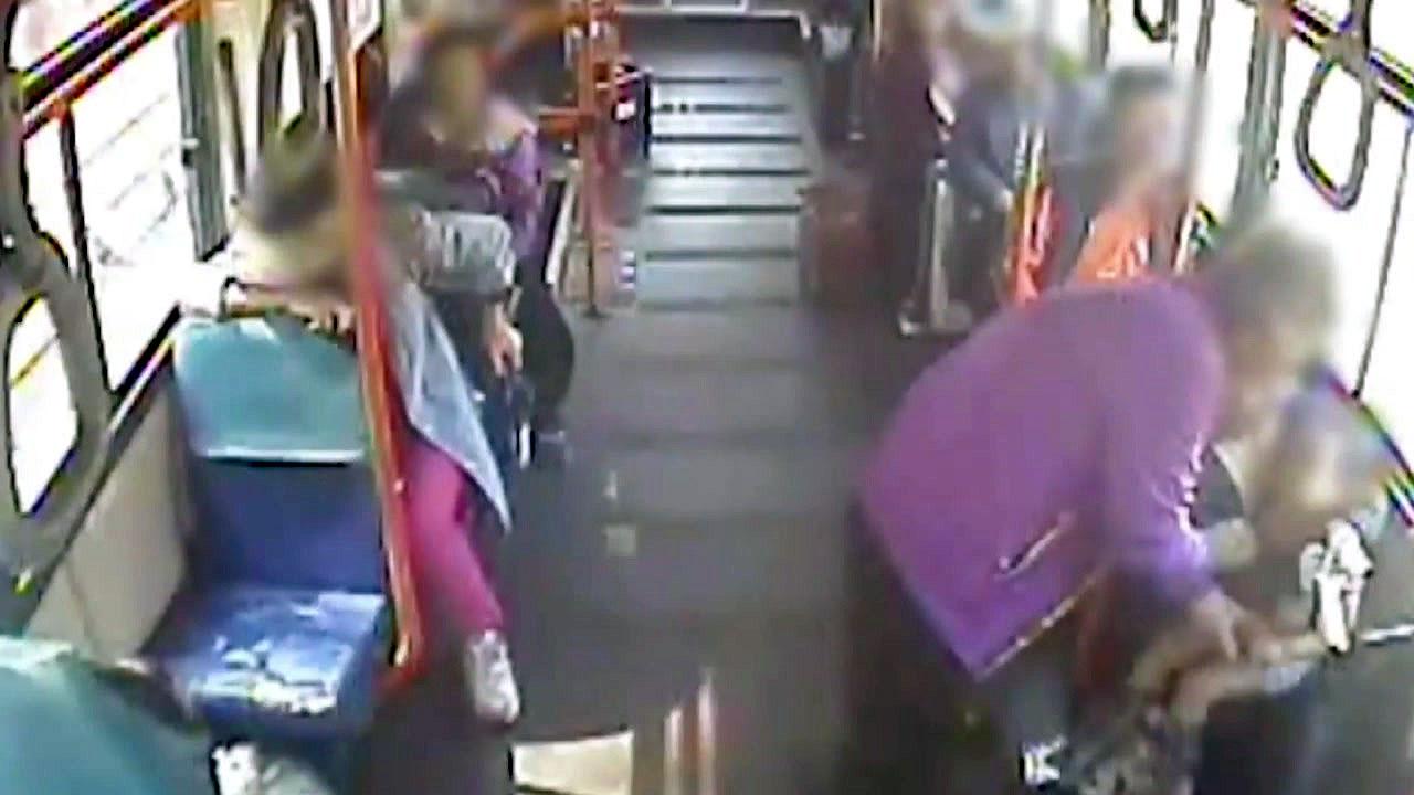 [좋은뉴스] 버스에서 경련 일으킨 아기...승객들 반응 '감동'