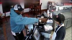 [지구촌생생영상] '아 귀찮아'...권총 강도 앞에서 태연한 식당 점원