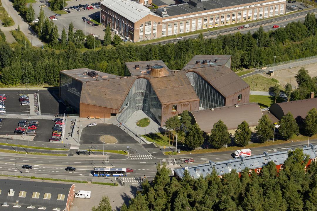 〔안정원의 디자인 칼럼〕 경사진 지붕과 곡면 외관이 돋보이는 헬스센터의 공간