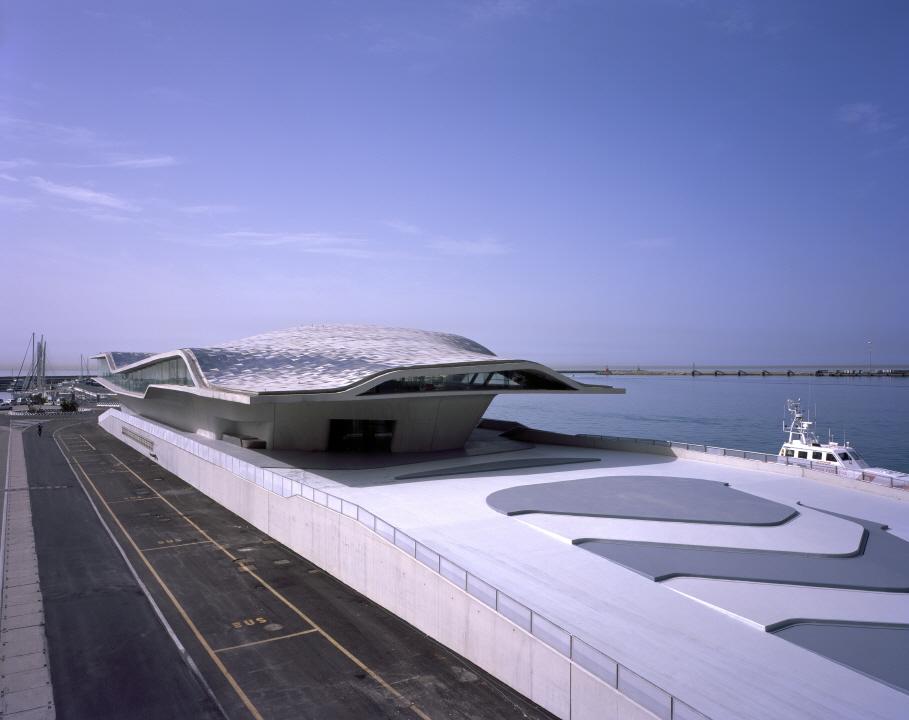 〔안정원의 디자인 칼럼〕 비대칭형 물결무늬의 역동성이 돋보이는 해양 터미널 공간 1