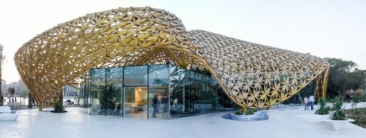 〔안정원의 디자인 칼럼〕 나비 모양의 새장을 연상케하는 독특한 금빛 파빌리온 구조물