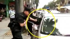 한 살배기 차에 놔두고 쇼핑한 부모... 경찰 유리창 깨 구조