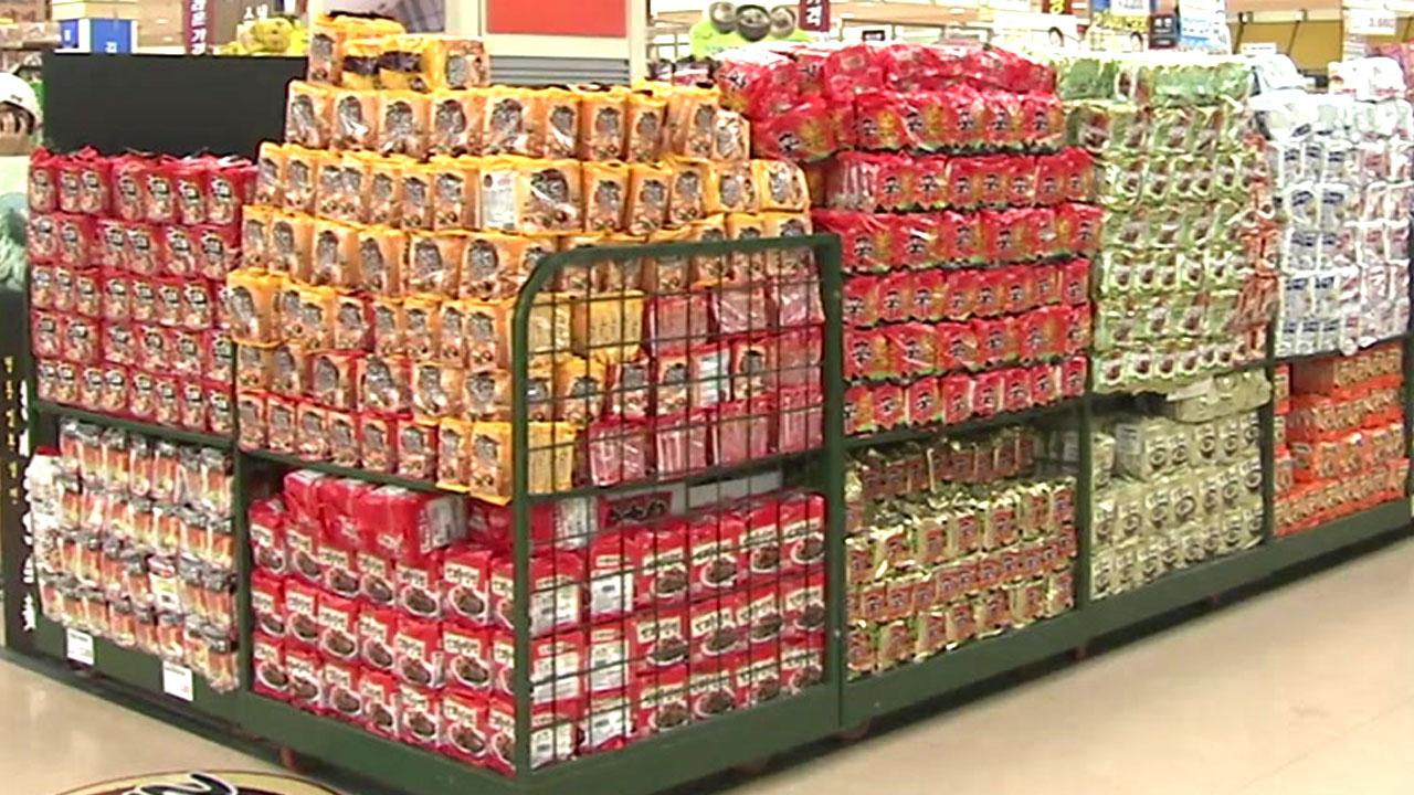 라면·치킨·음료 업체, 원가 부담 줄었는데도 가격 인상