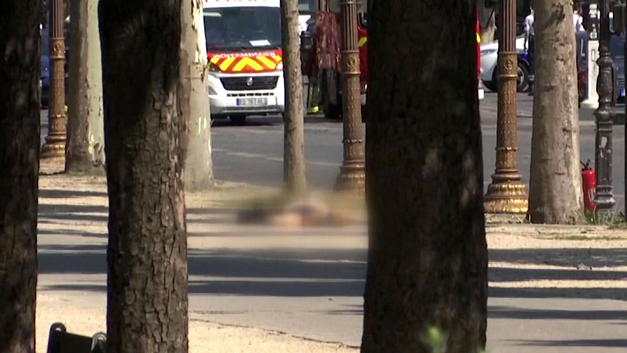 """샹젤리제 차량, 경찰차와 충돌 """"테러 가능성"""""""