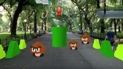 공원 한복판에서 증강현실 마리오 즐기는 청년