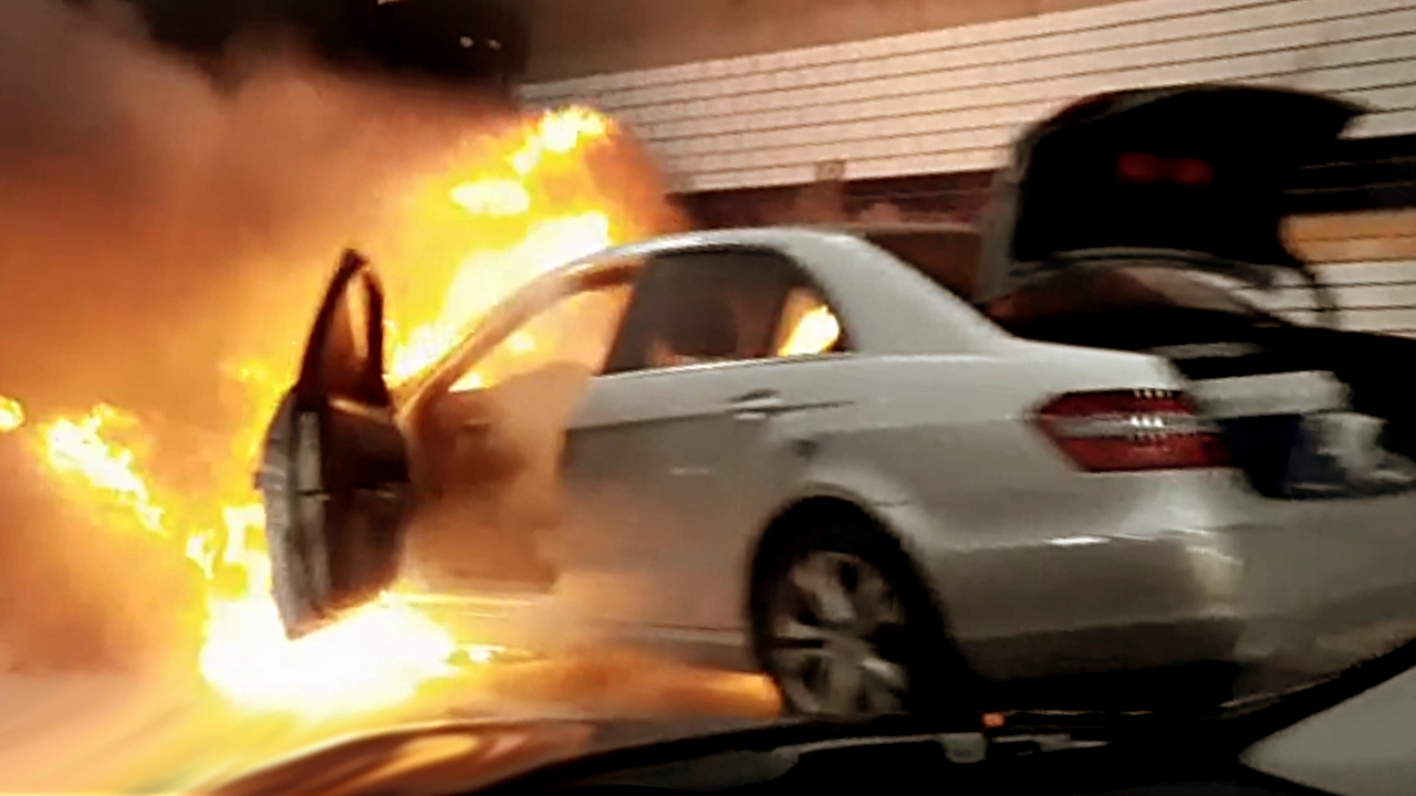 [영상] 터널서 벤츠차량 화재···인명피해는 없어