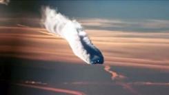 '추락하는 중?'...여객기가 만들어낸 대형 비행운