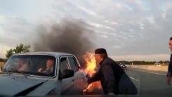 [지구촌생생영상] 한 노인의 용기...불타는 차에서 운전자 구하기