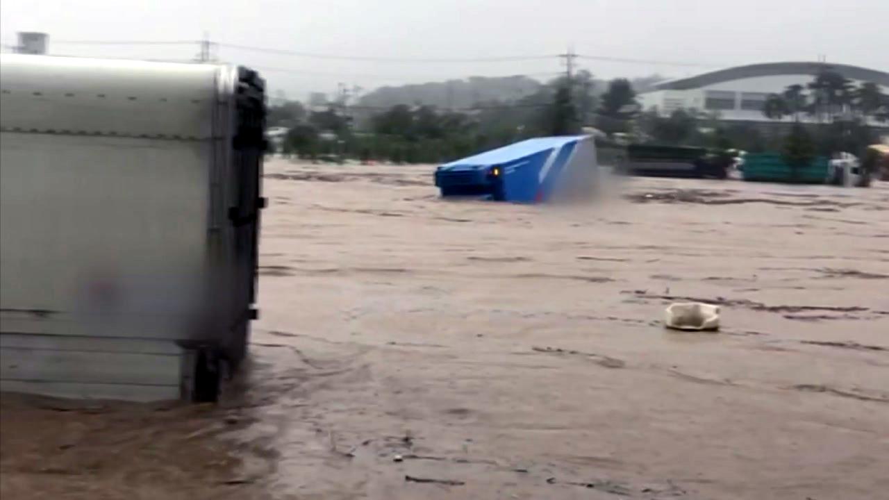 [영상] 충북 증평 보강천 범람 위기...주차장 트럭이 둥둥