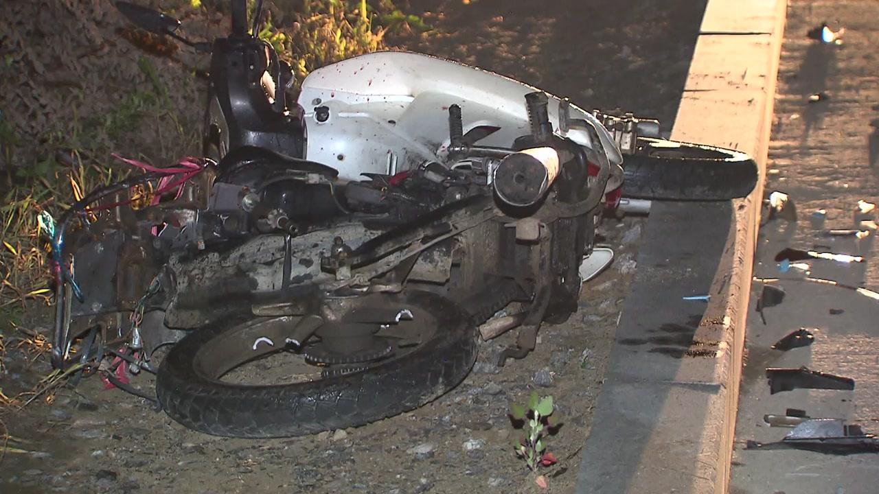 무면허 운전자 앞서가던 오토바이 '쾅'...외국인 노동자 2명 사상