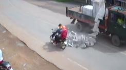 하늘에서 '벽돌 비'가...겨우 피한 오토바이
